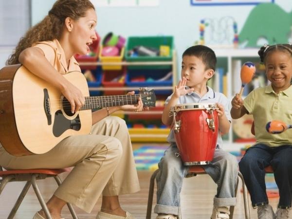 Imagem retirada de https://novaescola.org.br/conteudo/12136/como-a-musica-ajuda-no-desenvolvimento-cognitivo-das-criancas